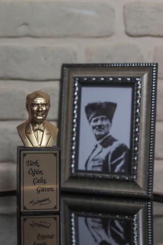 Beton Atatürk Büstü - Altın Renk
